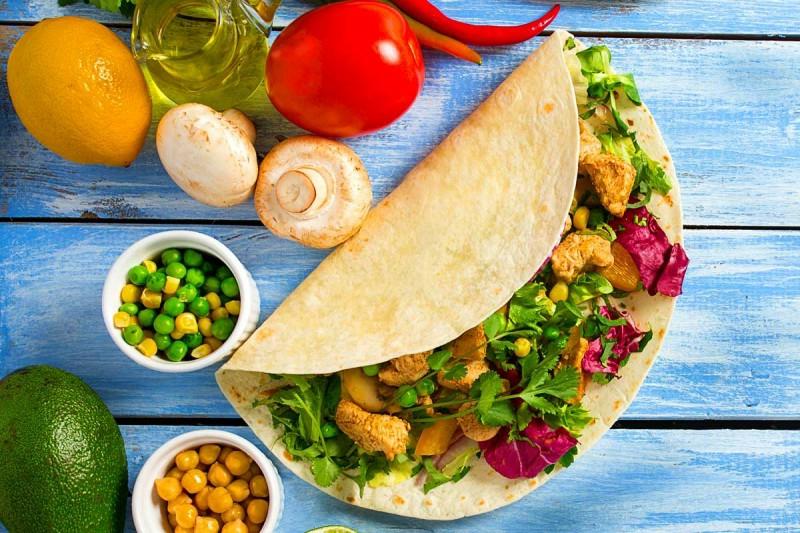 Protein Wraps mit Gemüse füllen