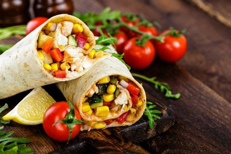 Tortillas mit Mais und Kirschtomaten