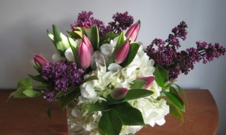 Tulpengesteck mit anderen Frühlingsblumen