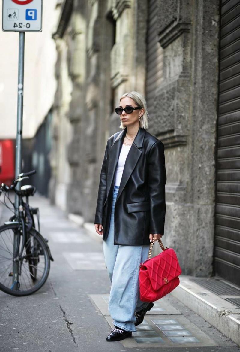 breite Jeanshose mit Lederjacke tragen
