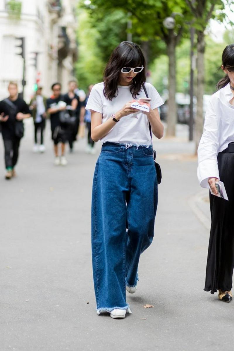 Bootcut Jeanshose mit weißem T-Shirt