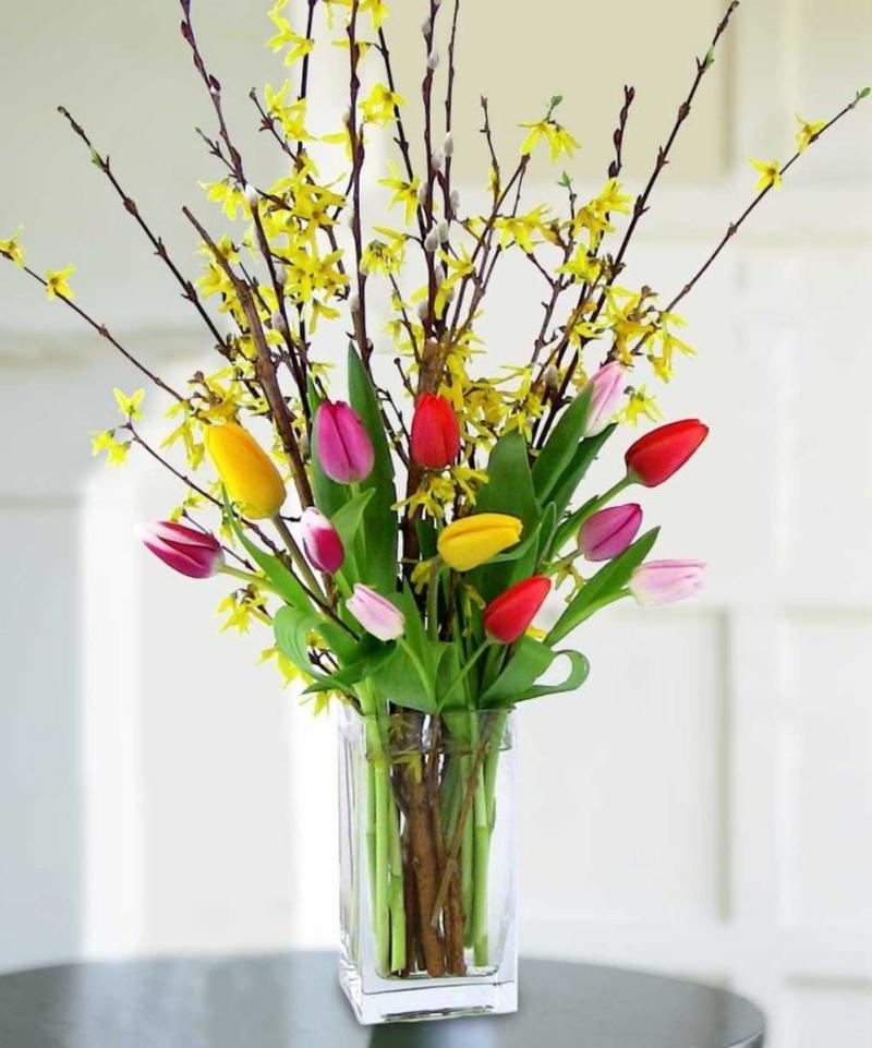 Tulpengesteck mit Zweigen arrangieren