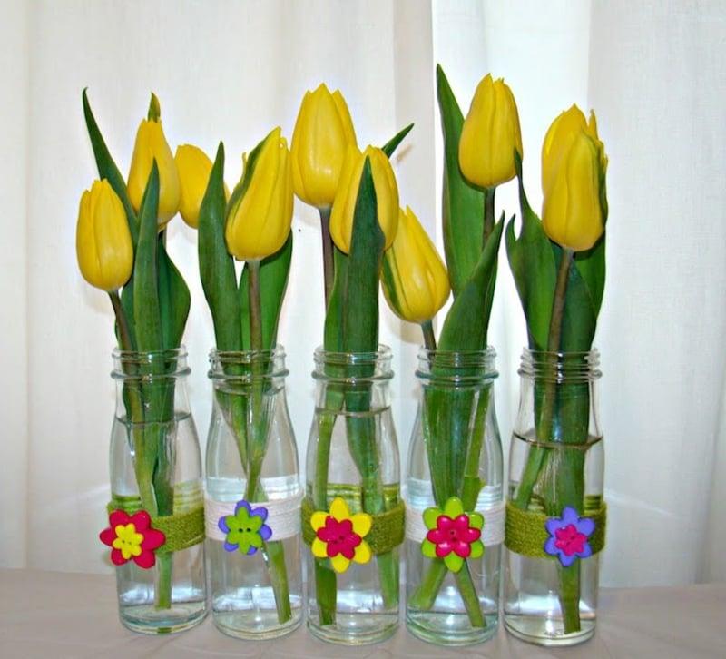 Tulpen arrangieren in Glasflaschen