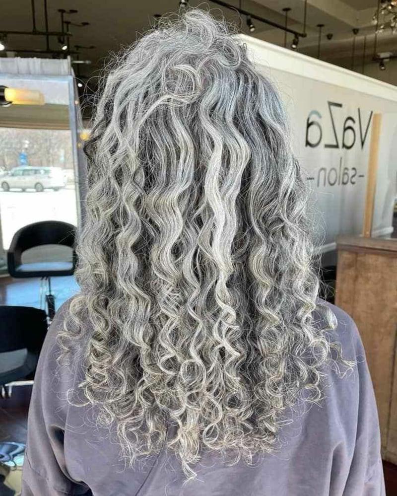 graue Haare lang natürliche Locken