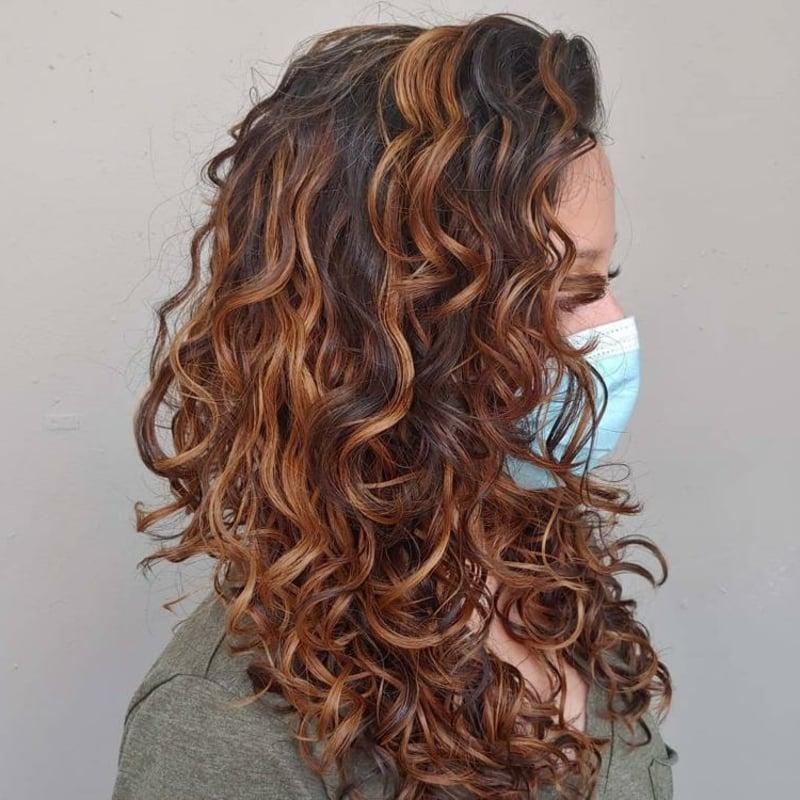 Naturlocken betonen Haarfarbe Karamell