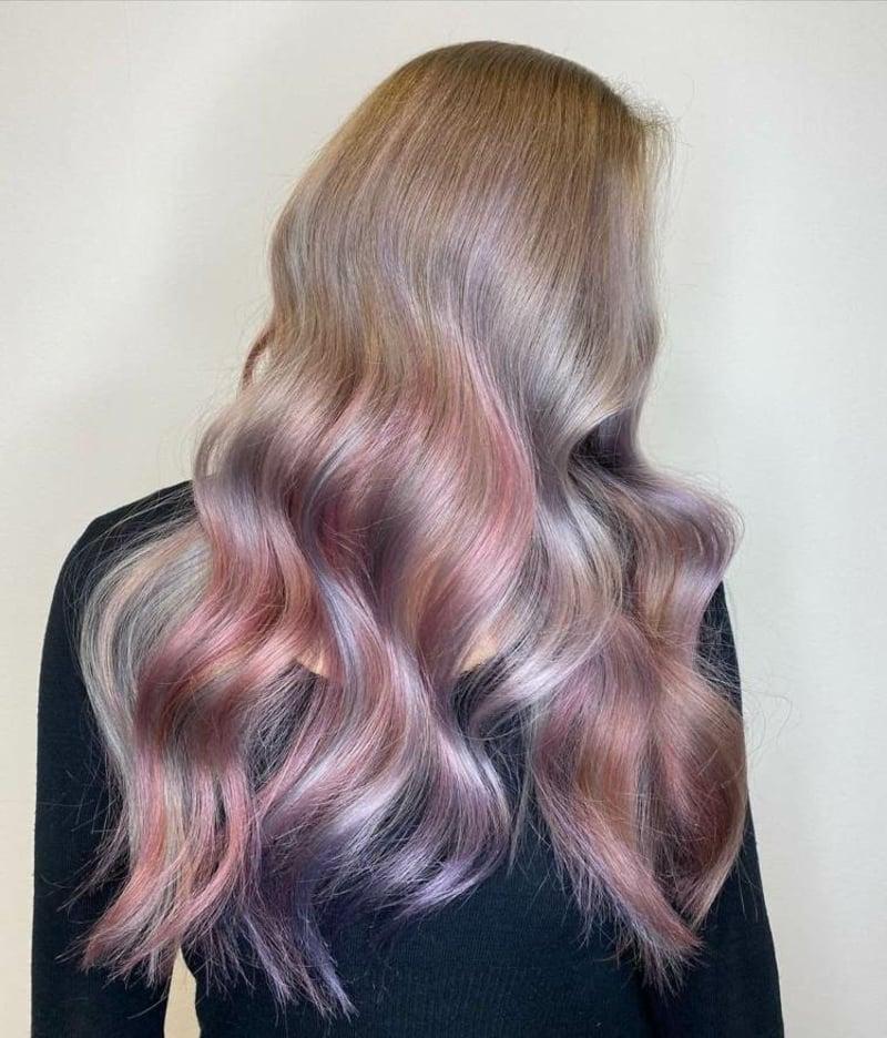 mittelblonde Haare rosa Schimmer