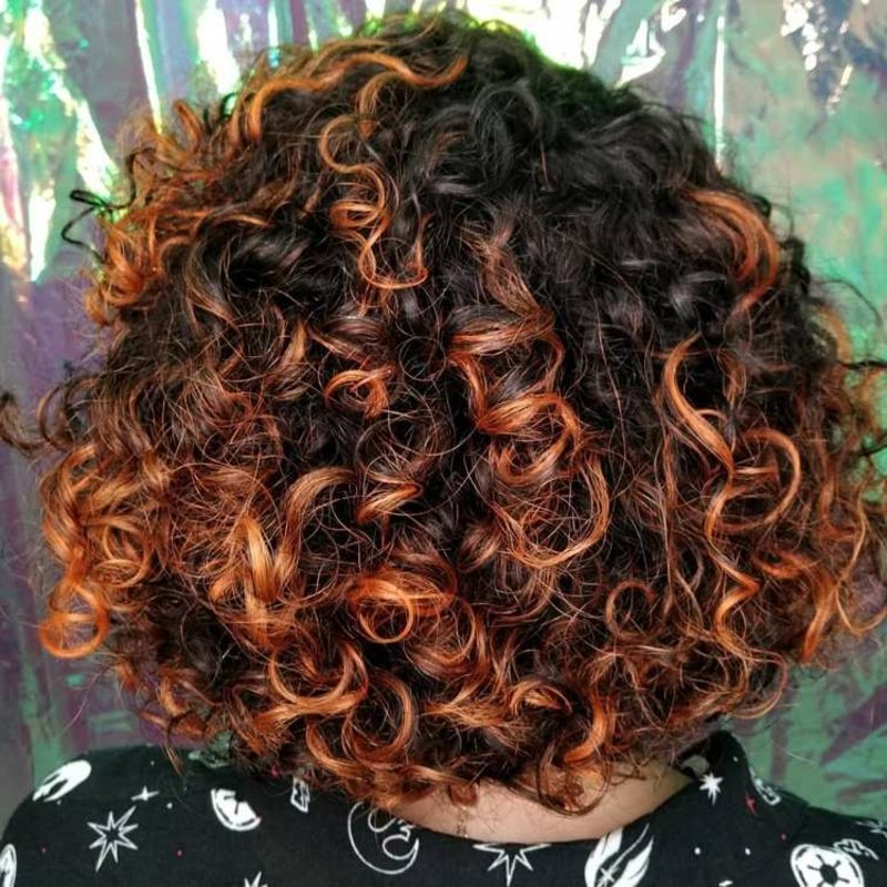 lockiges Haar kupferfarbene Strähnen