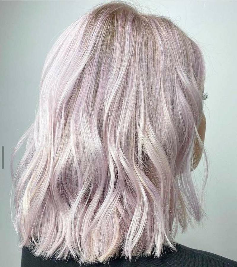 Haare Platinblond rosa Schimmer leicht