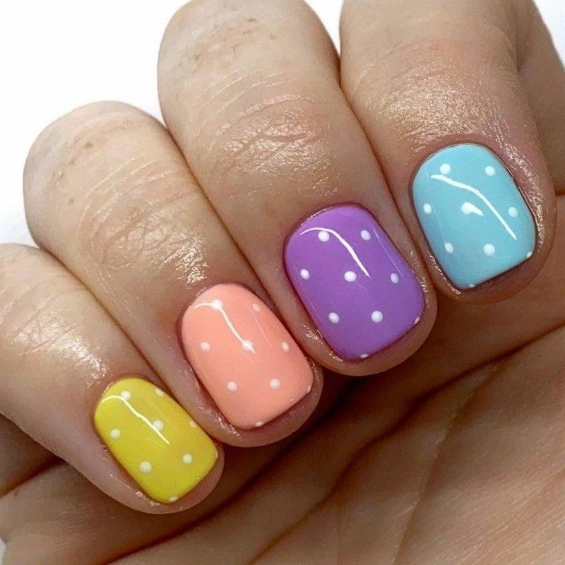 Maniküre Regenbogenfarben Punkte