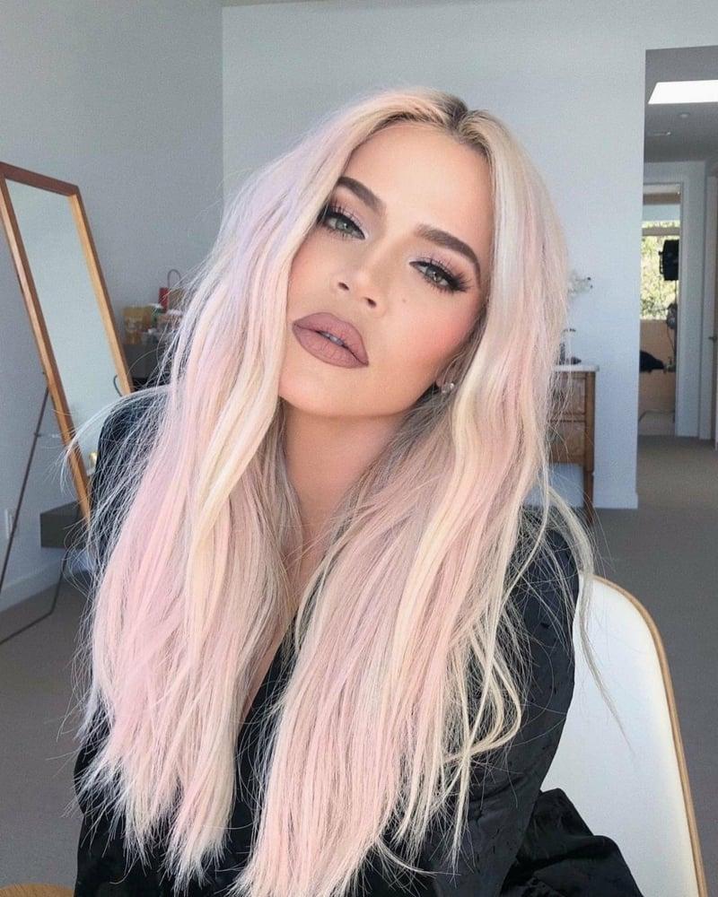 Khloe Kardashian Haarfarbe Pastellrosa