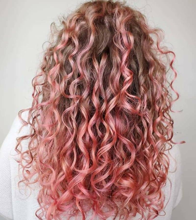 rosafarbene Haare Naturlocken