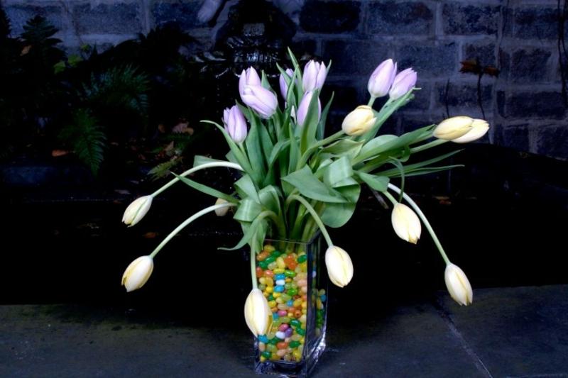 weiße Tulpen Gesteck Vase Dekosteinchen