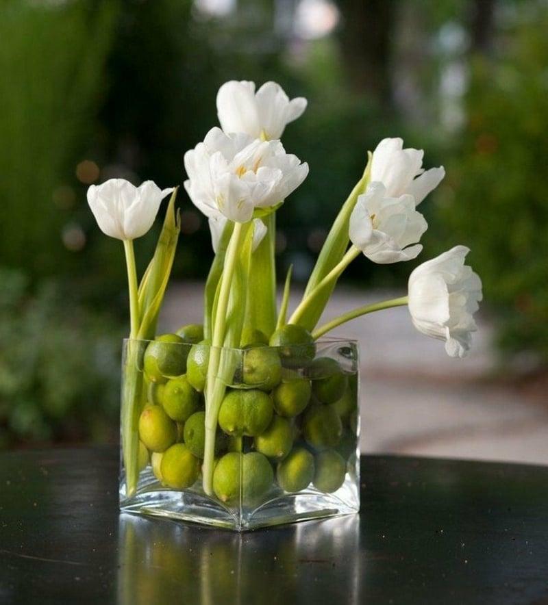 Tulpengesteck arrangieren Limetten herrlicher Look