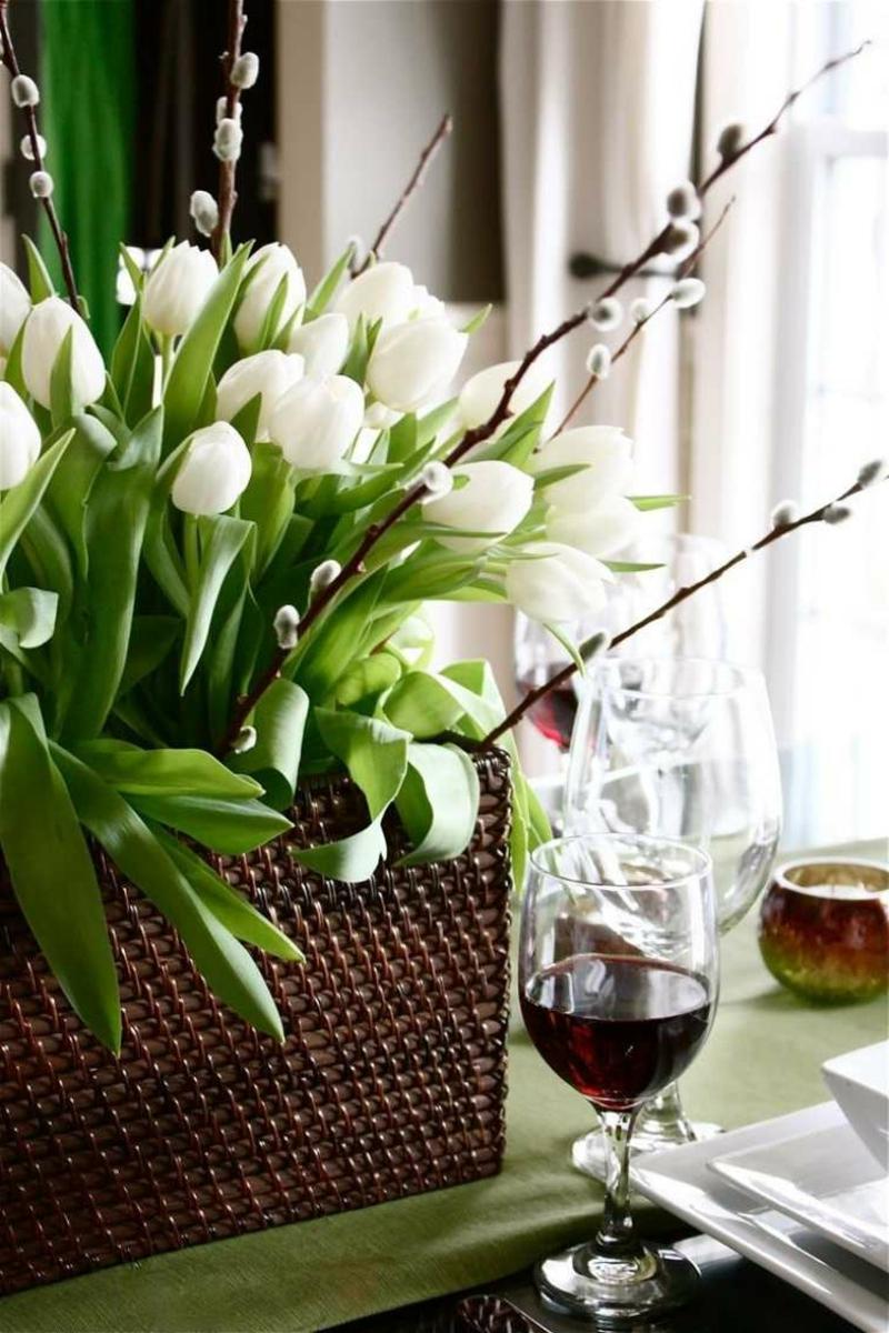 weiße Tulpen in Rattankorb herrlicher Look