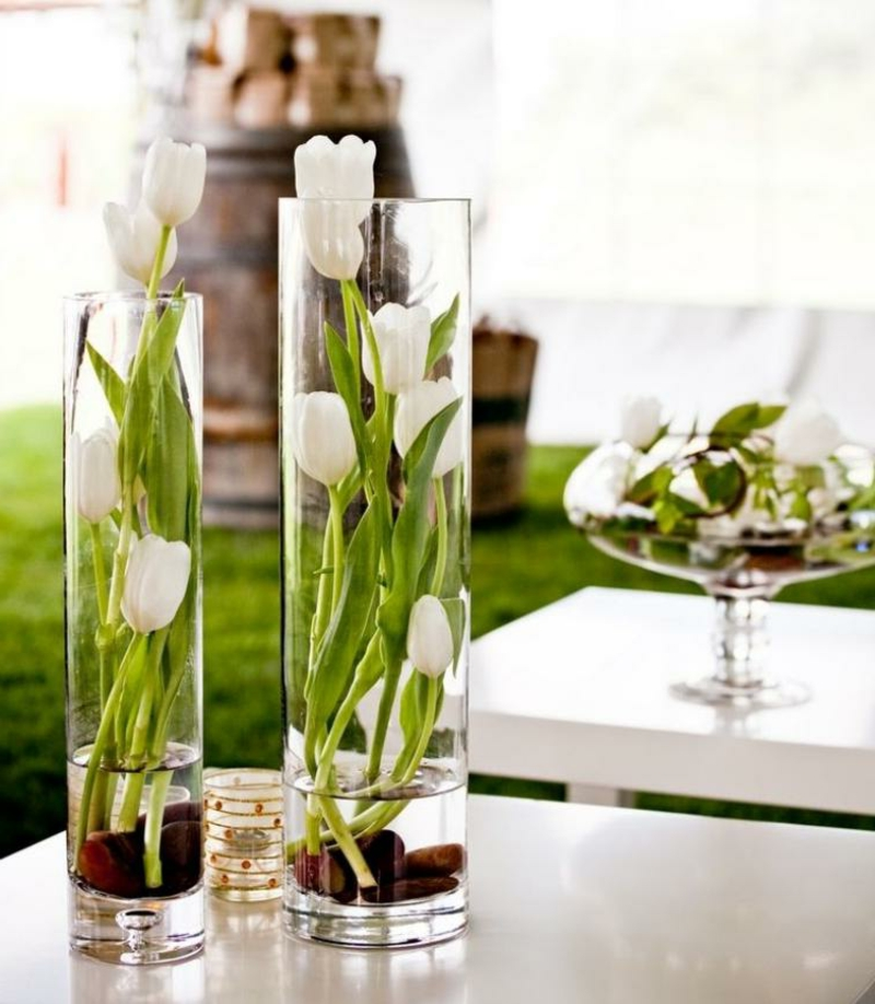 Tulpengesteck arrangieren hohe Glasvasen