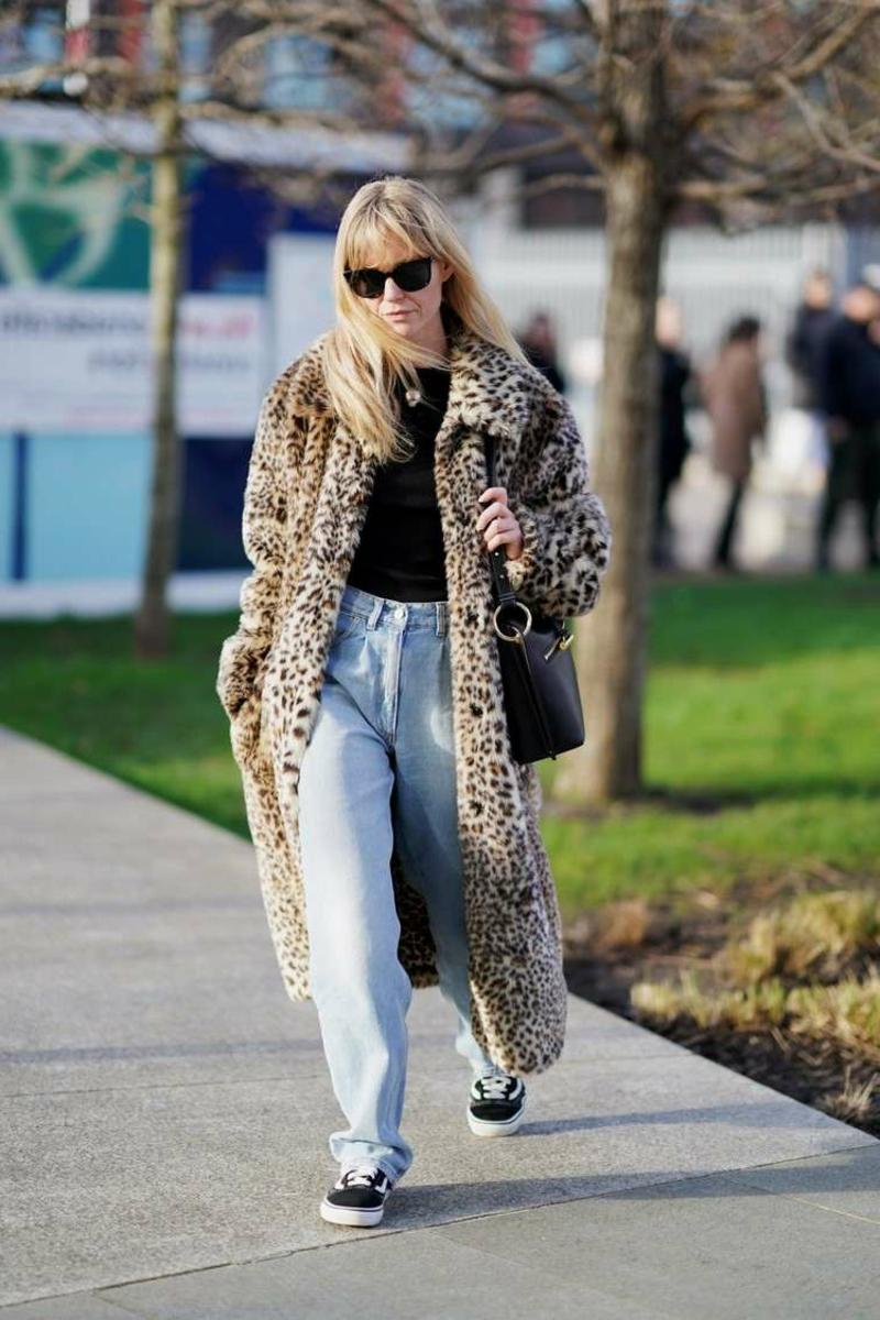 Loose Fit Jeans mit Mantel tragen