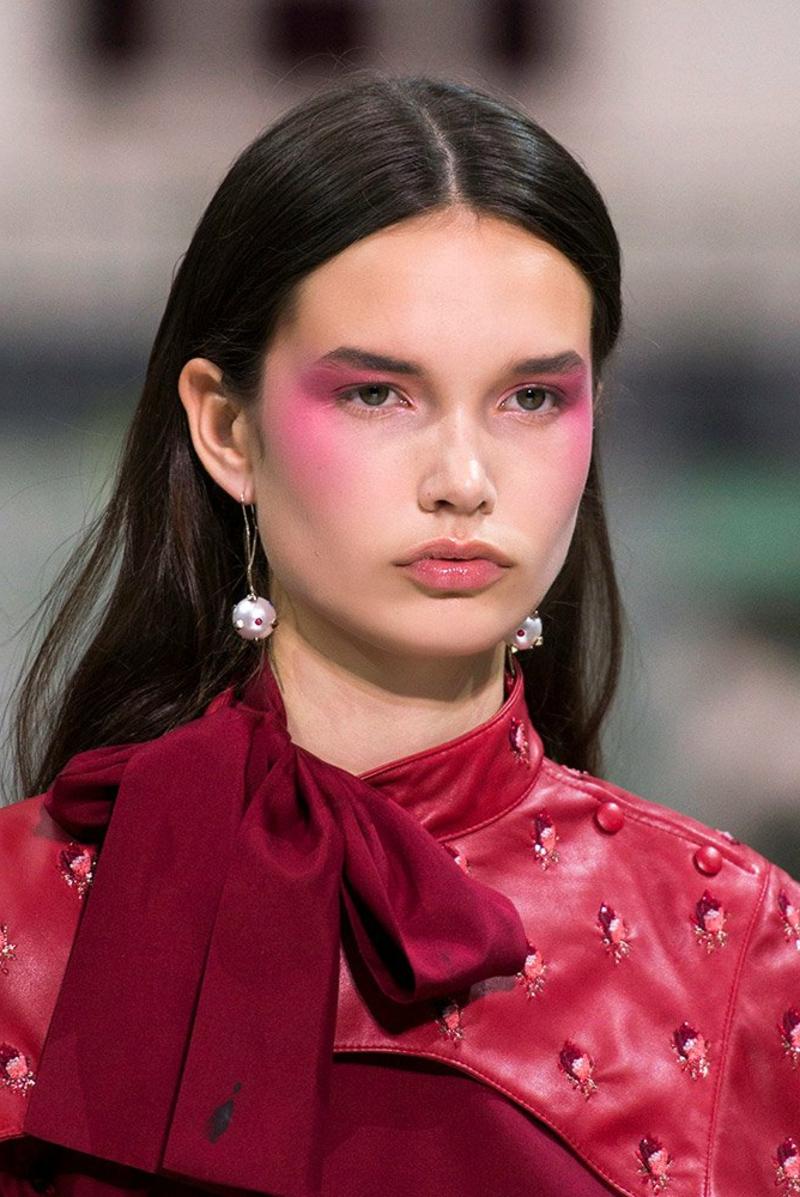 auffälliges Make-up Rouge Wangenknochen
