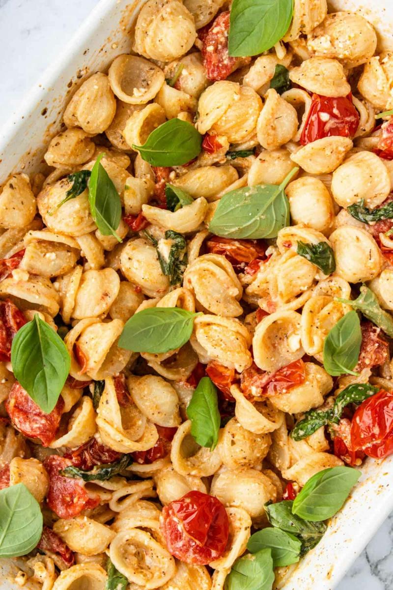 Nudeln mit Cherry Tomaten und Basilikum Blätter