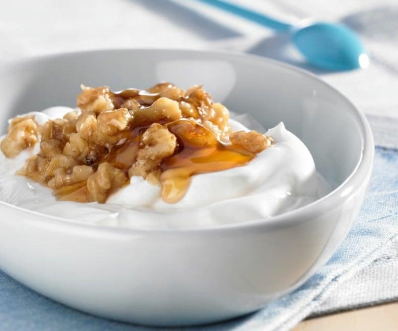 Joghurt servieren mit Honig und Nüssen