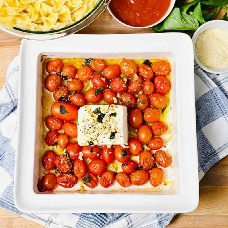 Feta Käse und Kirschtomaten im Ofen backen