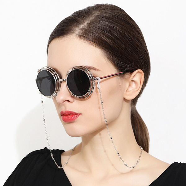 Brillenkette in Silber kombiniert mit trendigen 70er Jahren Sonnenbrillen