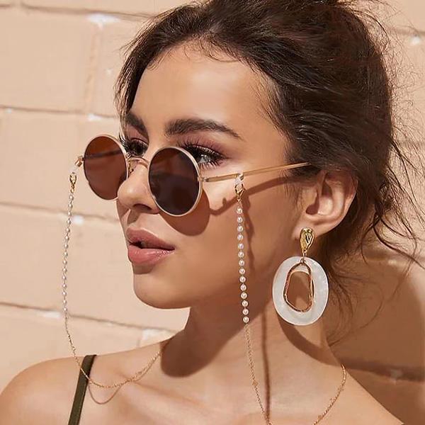 Brillenkette mit Perlen verleiht einen romantischen Look