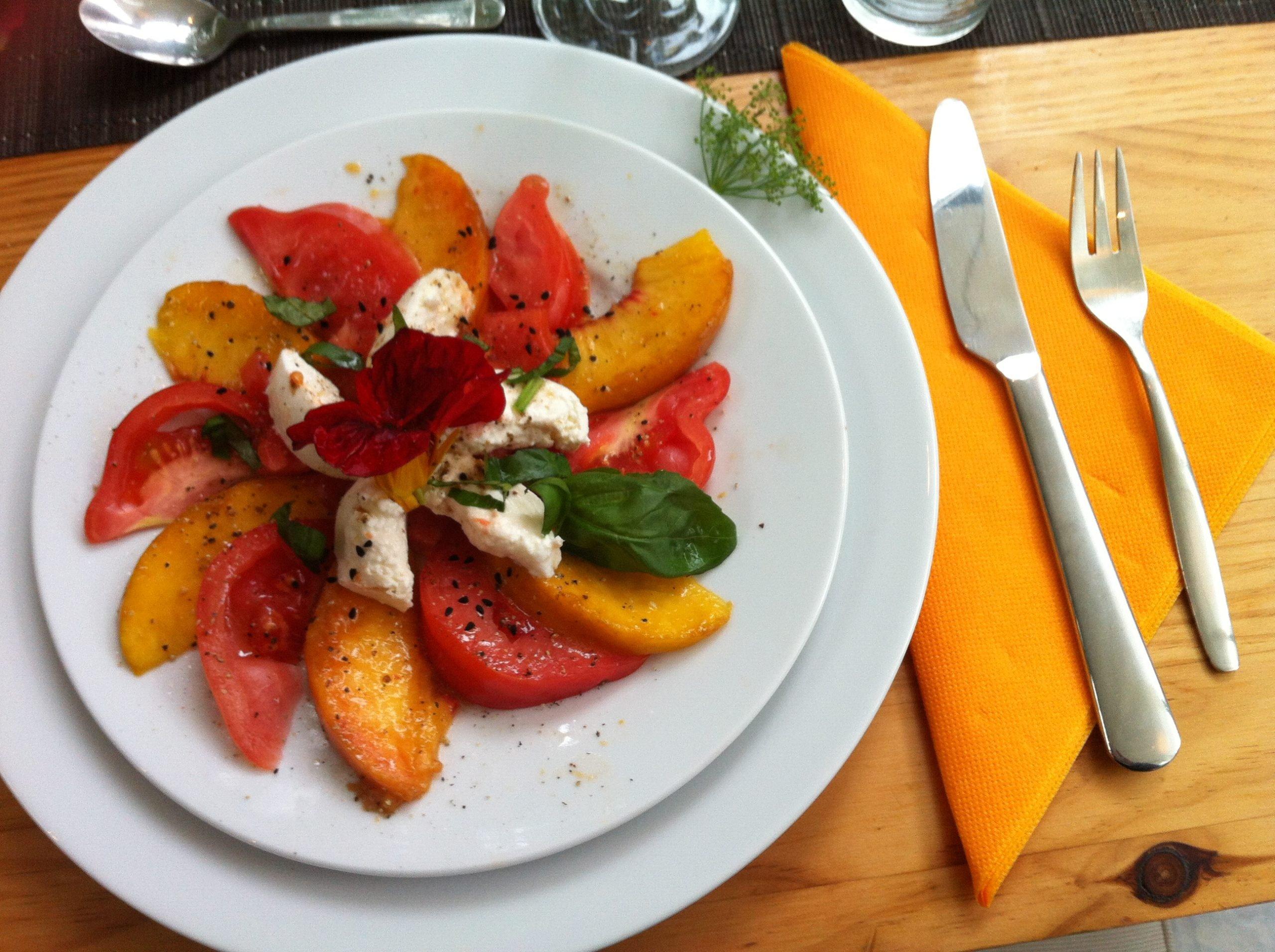 Mozzarella mit Tomaten und Pfirsichen