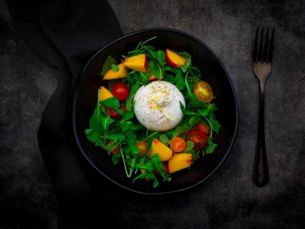 Salat mit Buratta und Pfirsichen