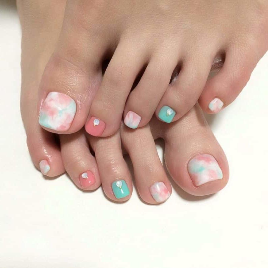 Fußnägel lackieren - Welche Nagellack-Farbe 2021 liegt im Trend?