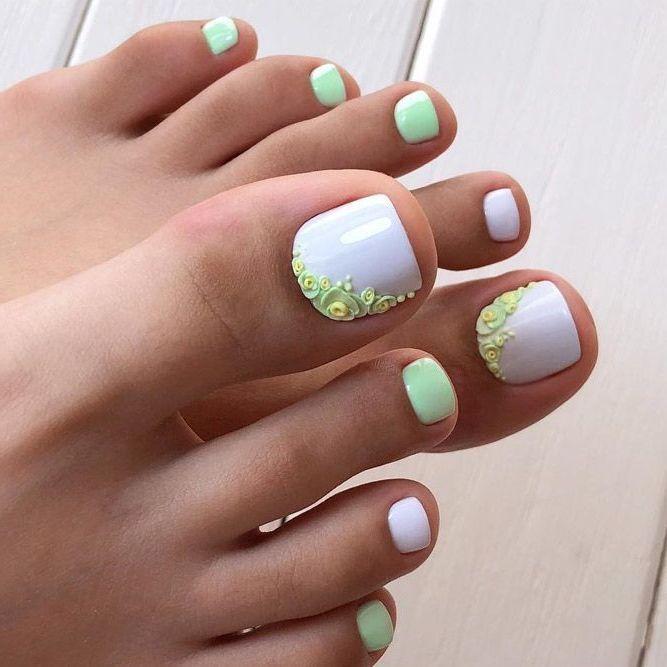 Fußnägel lackieren in Pastellfarben
