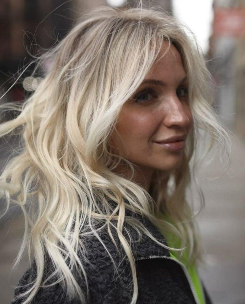 blonde Haare Ghost Layers Frisur Volumenschnitt für feines Haar