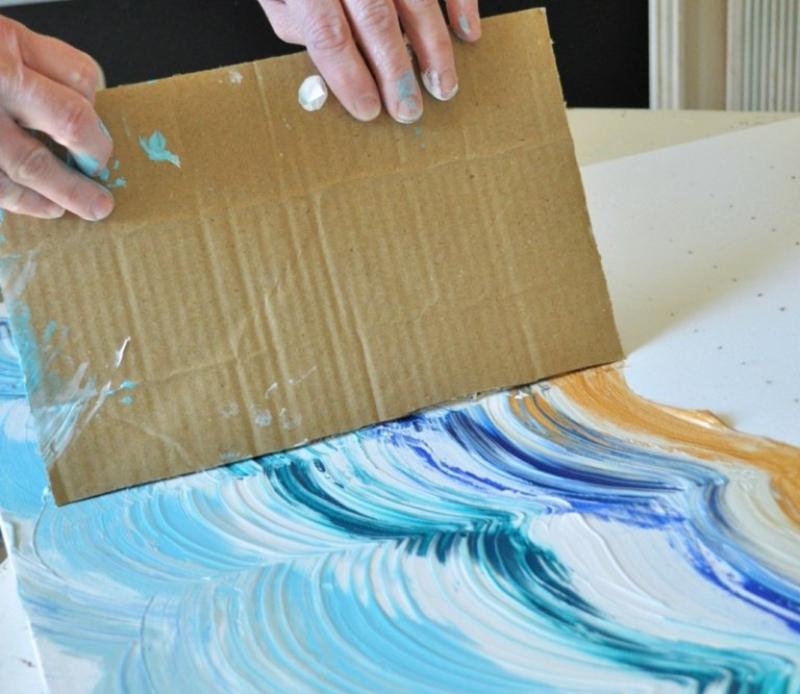 Farbe auftragen mit Pappkarton
