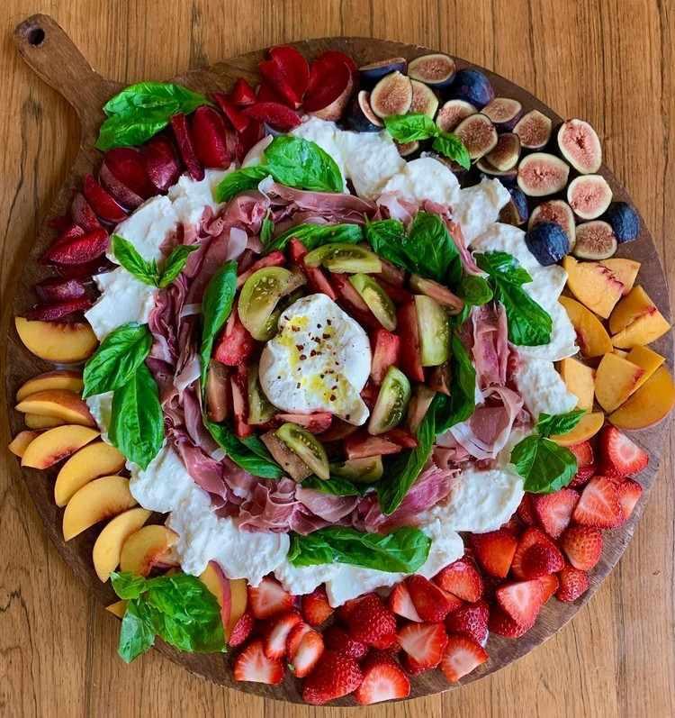 runde Buratta Platte mit Früchten