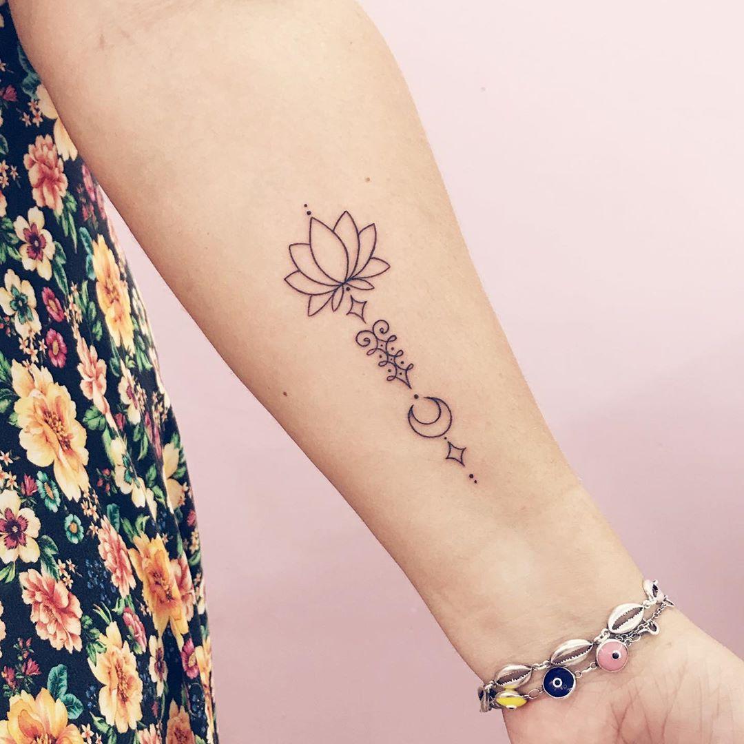 Unalome Tattoo mit Lotus und Mond