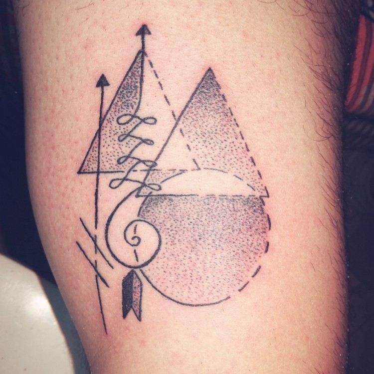 originelles Tattoodesign spiralförmig Dreiecke