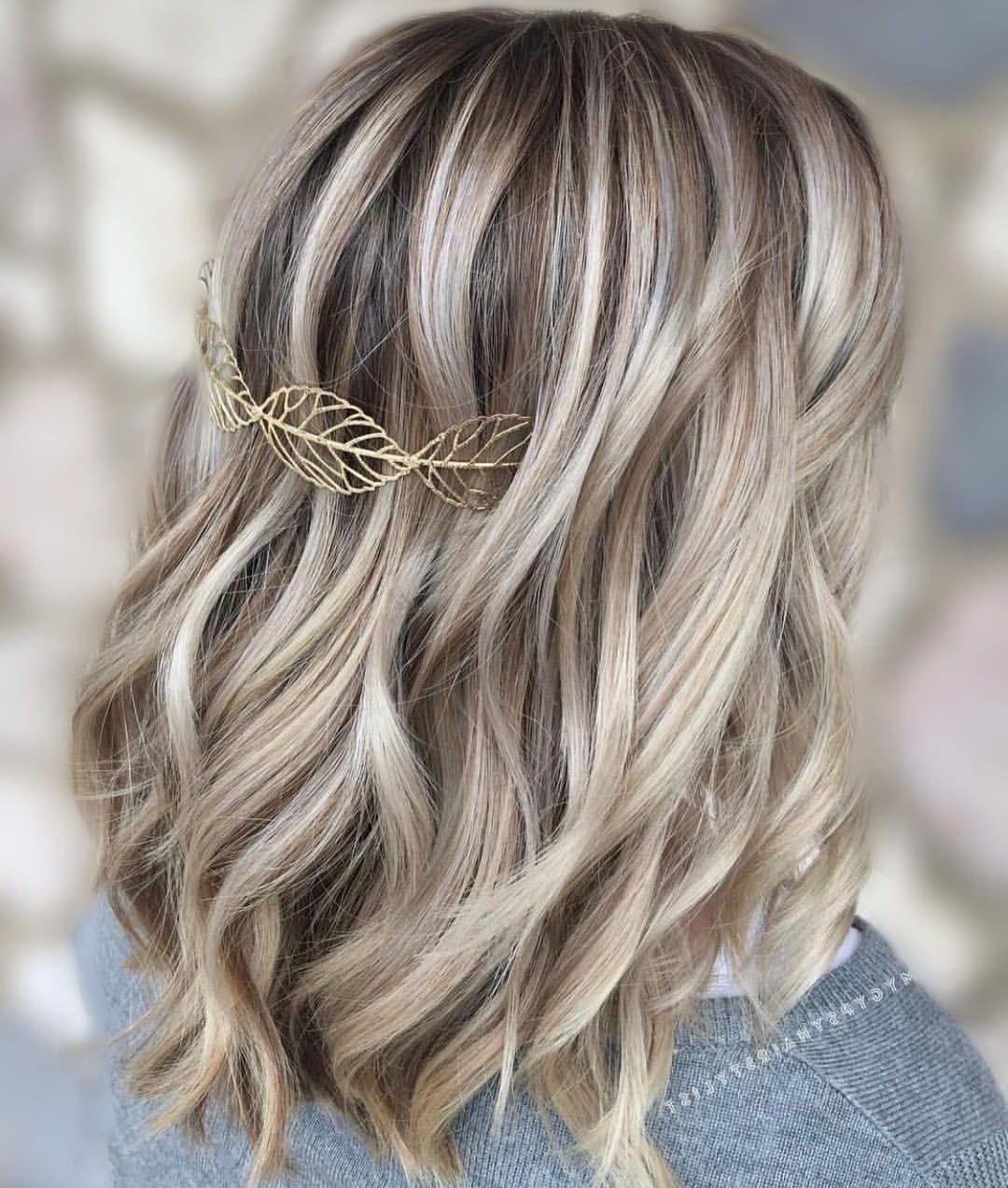 In blondierte Haare einige braune Strähnen einzufügen