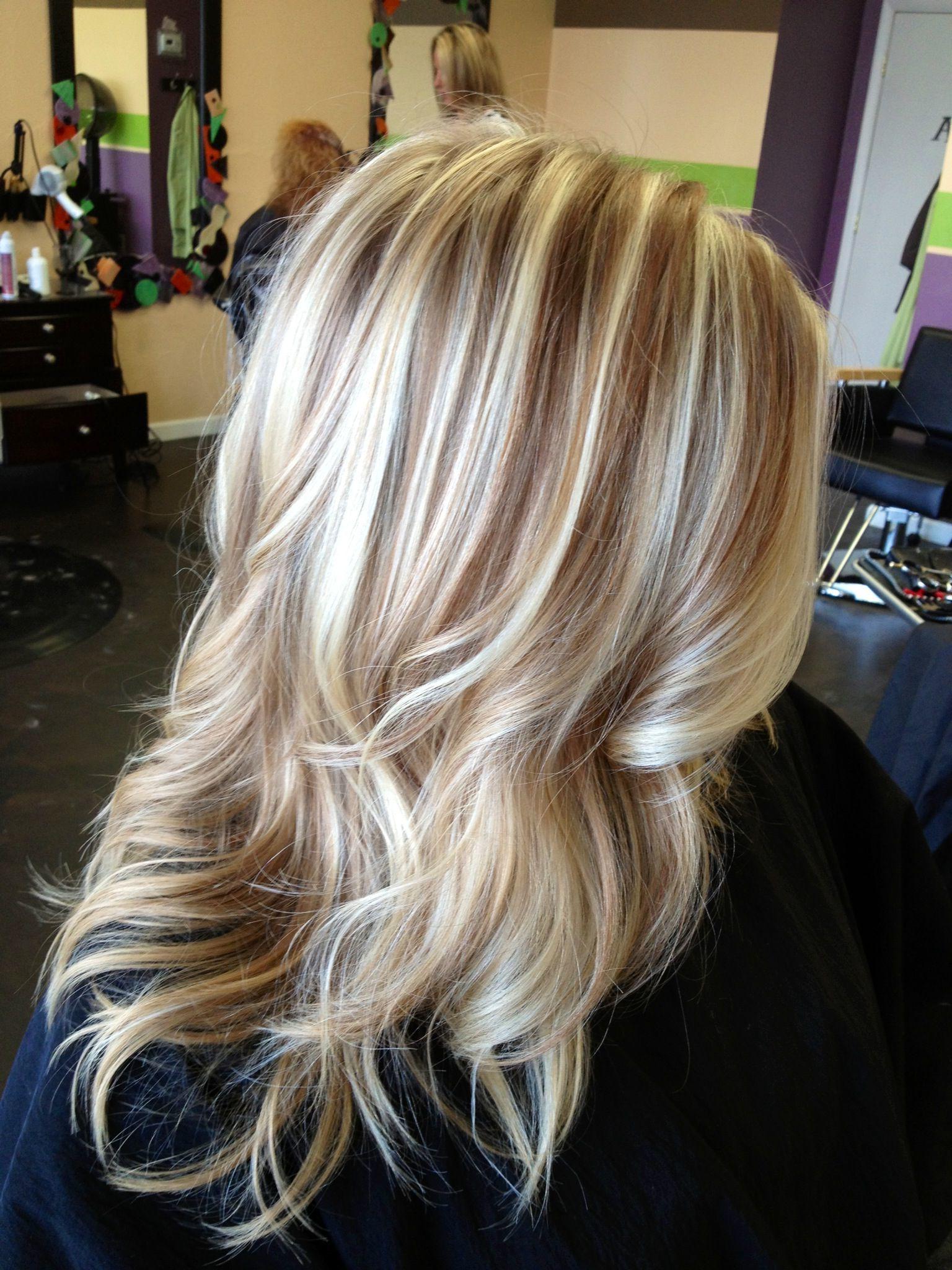 Welche Strähnen passen zu blonden Haaren - blonde Haare mit roten Strähnen