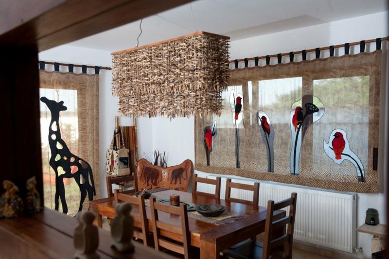 Dekorationen exotisch Gardinen Tiermuster Holzmöbel
