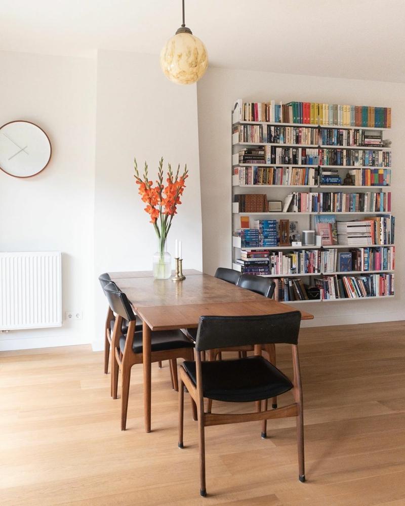 antike Deko Bücherregal Holztisch mit auffälligen Stühlen