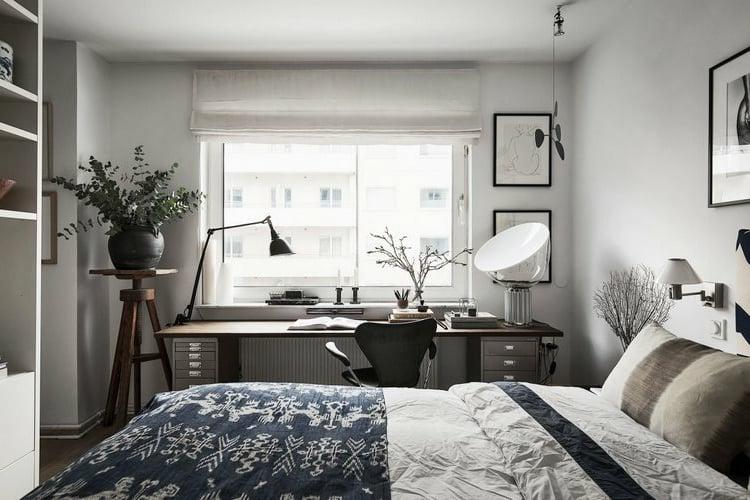 Schlafzimmer kleiner Arbeitsplatz neben dem Fenster