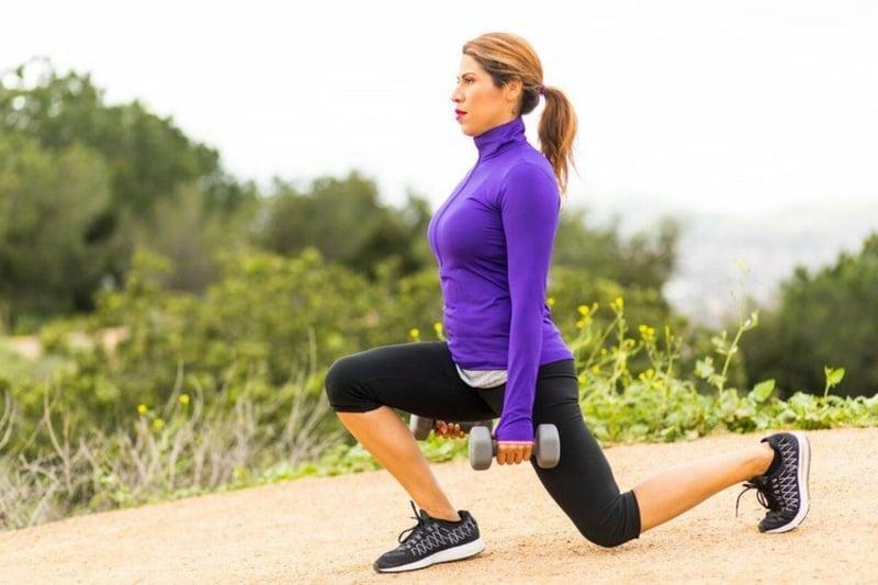 Bauch weg Übungen ab 50 Ausfallschritt