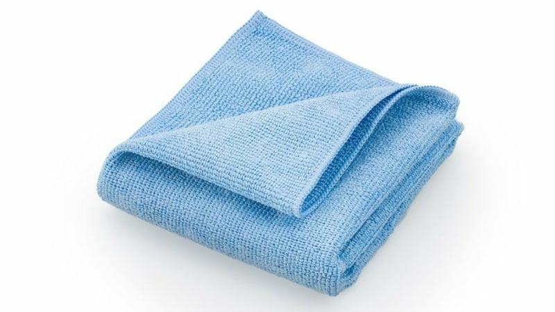 Fenster putzen blaues Mikrofasertuch
