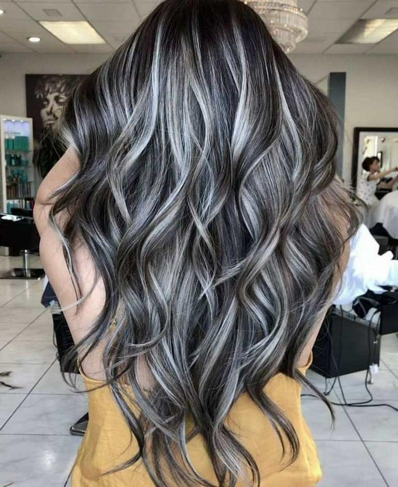 Graue Haare mit bunten Strähnchen versehen