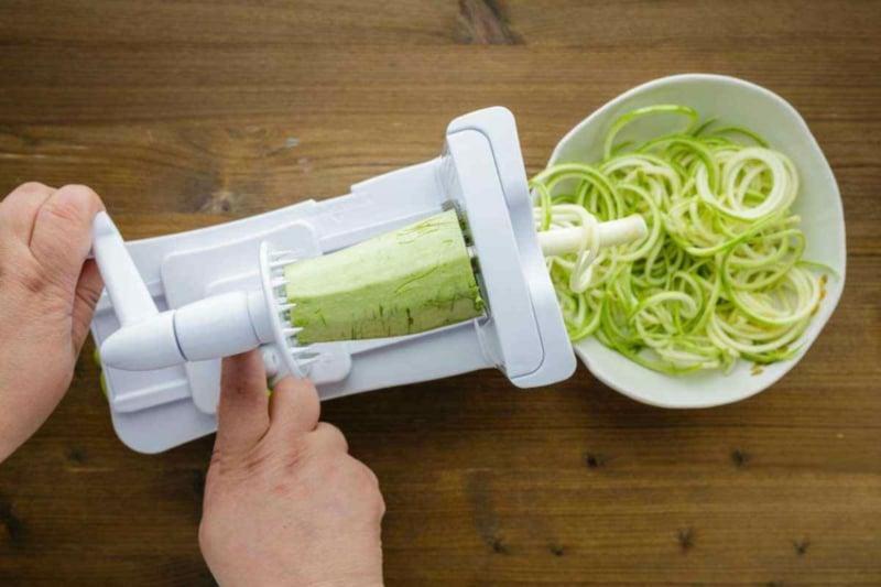 Zucchini Nudeln selber machen mit dem Spiralschneider