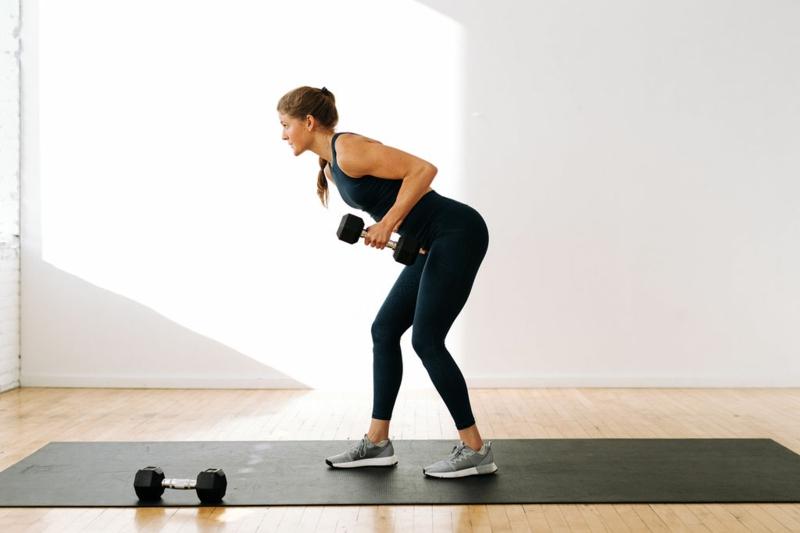 Bizeps Übungen Zuhause Frau