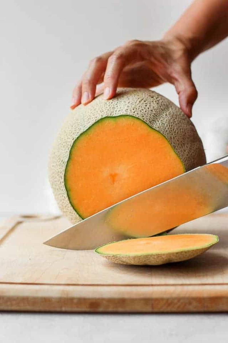 Melone schneiden die Enden entfernen
