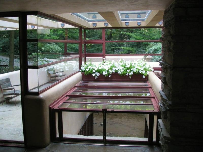 Fallingwater House gut beleuchtet viele Fenster