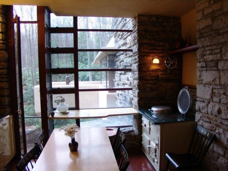 Küche klein Esstisch viele Fenster