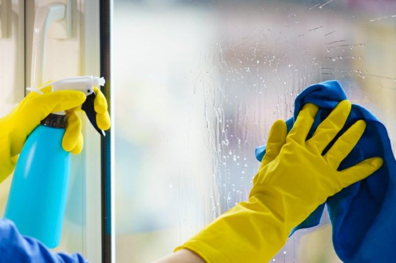 Fenster putzen Staub und Schmutz entfernen