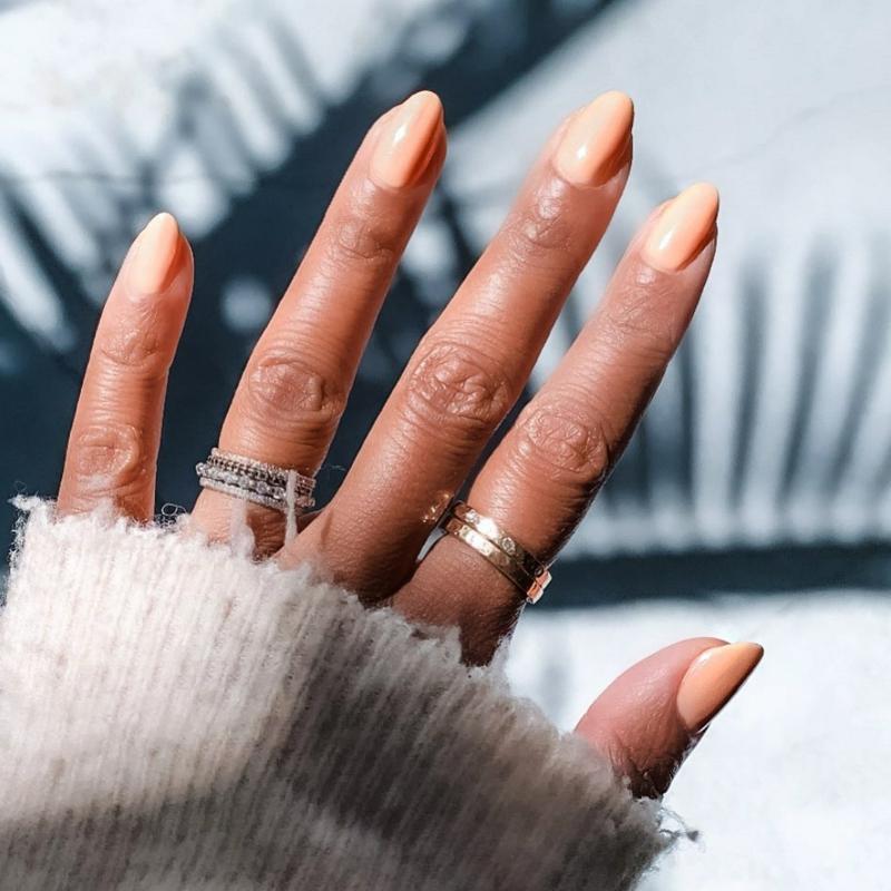 lange Fingernägel zartes Orange